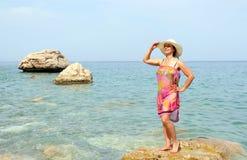 Mujer en la playa del mar foto de archivo libre de regalías
