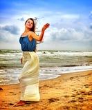 Mujer en la playa en amor de la escritura de la puesta del sol en la arena Foto de archivo libre de regalías