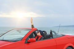 Mujer en la playa en el coche del cabriolé Imagen de archivo libre de regalías