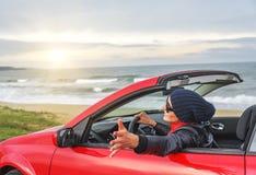 Mujer en la playa en el coche del cabriolé Foto de archivo libre de regalías