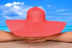 Mujer en la playa en el sombrero de Sun Fotos de archivo