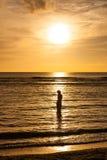 Mujer en la playa en la puesta del sol en Guam Imagenes de archivo