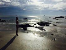 Mujer en la playa en sol Fotos de archivo libres de regalías