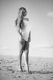 Mujer en la playa en un vestido blanco corto Imagen de archivo libre de regalías