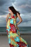 Mujer en la playa en una alineada Fotos de archivo libres de regalías