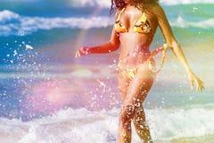 Mujer en la playa en vacaciones de verano imagen de archivo