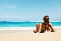 Mujer en la playa en verano Tanning modelo femenino feliz atractivo imagen de archivo libre de regalías