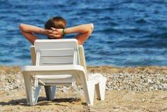 Mujer en la playa que disfruta de vacaciones Imágenes de archivo libres de regalías