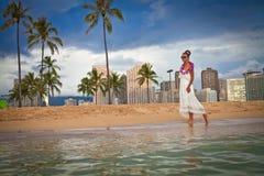Mujer en la playa que disfruta de vacaciones fotos de archivo libres de regalías