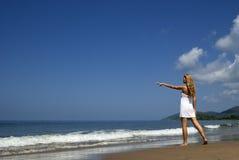 Mujer en la playa que mira lejos Foto de archivo