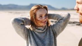 Mujer en la playa que mira a su novio foto de archivo