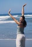 Mujer en la playa que se divierte Fotografía de archivo libre de regalías