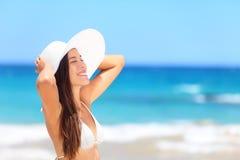 Mujer en la playa que toma el sol gozando del sol Foto de archivo libre de regalías