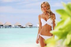 Mujer en la playa tropical foto de archivo