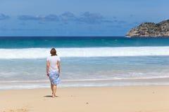 Mujer en la playa tropical Foto de archivo libre de regalías