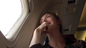 Mujer en la porta en el avión almacen de metraje de vídeo