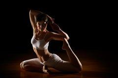Mujer en la posición de la yoga Foto de archivo libre de regalías