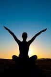 Mujer en la posición de la yoga Imagen de archivo libre de regalías