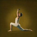 Mujer en la posición de la yoga Anjana Foto de archivo