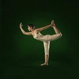 Mujer en la posición de la yoga Shiva Nataraja Fotos de archivo