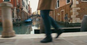 Mujer en la prisa que se mueve a lo largo del canal veneciano metrajes