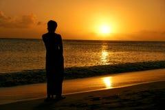 Mujer en la puesta del sol Imagen de archivo libre de regalías
