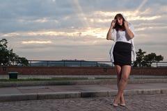 Mujer en la puesta del sol, vigas secundarias como fondo Fotografía de archivo libre de regalías