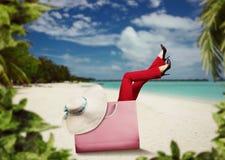 Mujer en la reclinación del bolso Imagen de archivo libre de regalías