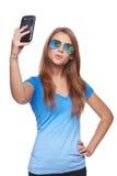 Mujer en la reflexión tropical del centro turístico de las gafas de sol que hace el selfie con smartphone Foto de archivo libre de regalías