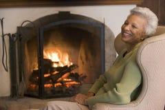 Mujer en la risa de la sala de estar Fotos de archivo