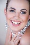 Mujer en la risa de las perlas Fotos de archivo