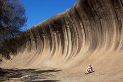 Mujer en la roca de la onda Imagen de archivo libre de regalías