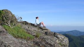 Mujer en la roca Pan Right a Mountain View almacen de metraje de vídeo