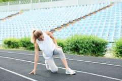 Mujer en la ropa de deportes que sufre de dolor de la rodilla fotografía de archivo