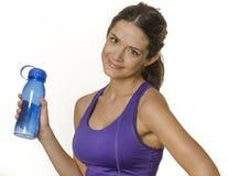 Mujer en la ropa del deporte que sostiene la botella de agua imagen de archivo
