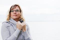 Mujer en la ropa del invierno Fotografía de archivo libre de regalías