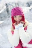 Mujer en la ropa del invierno al aire libre Imagenes de archivo