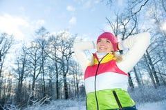 Mujer en la ropa del invierno al aire libre Foto de archivo