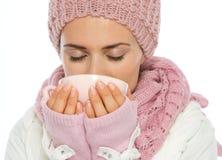 Mujer en la ropa del invierno que bebe la bebida caliente fotografía de archivo libre de regalías