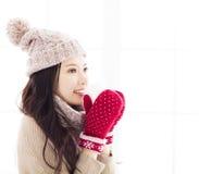 Mujer en la ropa del invierno que tiene bebida caliente fotografía de archivo libre de regalías