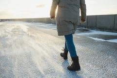 Mujer en la ropa del invierno que va en la calle fría del invierno Barrido de la nevada, llovizna fotos de archivo libres de regalías