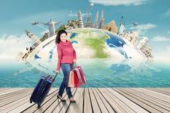 Mujer en la ropa del invierno que viaja en todo el mundo Imágenes de archivo libres de regalías