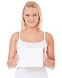 Mujer en la ropa interior que lleva a cabo la muestra en blanco Imágenes de archivo libres de regalías
