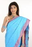 Mujer en la sari de lujo que muestra un dedo Fotos de archivo