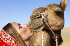 Mujer en la sari que monta un camello. Imagen de archivo libre de regalías