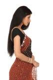Mujer en la sari que se coloca hacia un lado Foto de archivo
