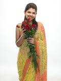 Mujer en la sari que sostiene rosas rojas Fotos de archivo libres de regalías