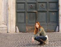 Mujer en la sentada de la calle Imágenes de archivo libres de regalías