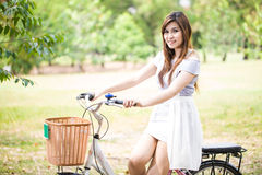 Mujer en la sonrisa de la bicicleta Foto de archivo