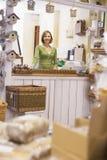 Mujer en la sonrisa del almacén del birdhouse fotografía de archivo libre de regalías